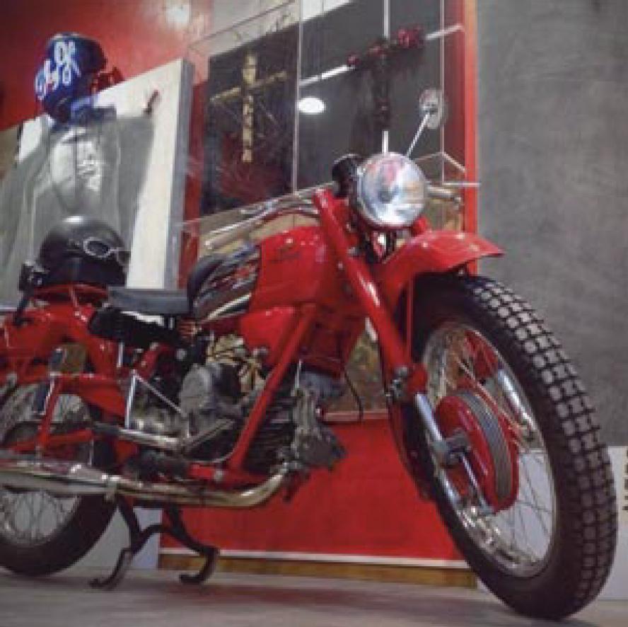 Scandicci 2016, l'atelier di pittura con la moto Guzzi Falcone